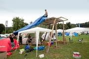 Die Besucher richten sich am Heitere Open Air in Zofingen ein: Diese Gruppe aus Luzern errichtet gar eine Aussichtsplattform. (Bild: Manuela Jans / Neue LZ)