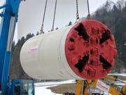 Luftfracht: Per Kran wird ein 10 Tonnen schwerer Bohrkopf angeliefert. (Bild: PD)