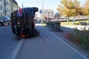 Das Auto prallte in einen Stein und kippte zur Seite. (Bild: Zuger Polizei (Unterägeri, 17. Oktober 2017))