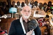 Bruno Strebel (68) mit Erinnerungsstücken aus Äthiopien. (Bild: Eveline Beerkircher (Geuensee, 9. November 2017))