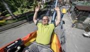 Los gehts! Thomas Müller (48), Inhaber des Schongilands, geniesst den Geschwindigkeitsrausch auf der neusten Bahn des Vergnügungsparkes: der «Butterfly». (Bild Pius Amrein)