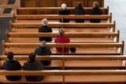 Katholiken in der Kirche beim Gottesdienst. (Symbolfoto) (Archivbild Keystone / Alessandro Della Bella)