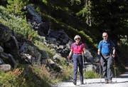 Theresa May wandert zusammen mit ihrem Mann in den Schweizer Bergen. Das Bild stammt vom vergangenen Freitag. (Bild: AP/Marco Bertorello)