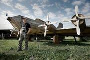 Dieses Flugzeug wird am 1. August abgefackelt. Eugen Wüest (51) vor seiner nachgebauten B-17 auf dem Flugplatz Triengen. (Bild: Corinne Glanzmann / Neue LZ)