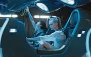 Im futuristischen Raumschiff-Cockpit: Cara Delevingne (Laureline) und Dane DeHaan (Valerian). (Bild: Pathé)