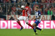 Bayern's David Alaba, left, and Hertha Berlin's Alexander Esswein challenge for the ball during the German Bundesliga soccer match between FC Bayern Munich and Hertha BSC at the Allianz Arena stadium in Munich, Germany, Wednesday, Sept. 21, 2016. (AP Photo/Matthias Schrader) (Bild: MATTHIAS SCHRADER (AP))