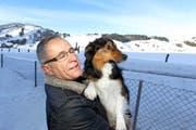 Alfred Moser posiert mit seinem Hund Ziro vor dem Rothenthurmer Hochmoor. (Bild: Charly Keiser/Neue SZ)