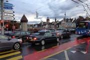 Ein alltägliches Bild im Feierabendverkehr: Stau bei der Seebrücke in Luzern. (Bild: Stefanie Nopper)