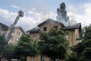Die oberen beiden Stockwerke wurden durch das Feuer und Löschwasser stark beschädigt. (Bild: Nadia Schärli (Reussbühl, 23. Mai 2017))