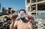 Auch ein Zeichen von Selbstbewusstsein: Baschar el Assads Konterfei ziert eine neue syrische Banknote. (Bild: Mohammed Badra/EPA (Duma, 9. Juli 2017))