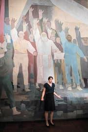 Vor dem Wandbild «Rütlischwur» von Walter Clénin erläutert Museumsleiterin Annina Michel die Bedeutung des Bundesbriefs. (Bild Boris Bürgisser)