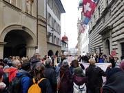 Rund 200 Personen versammelten sich am Montagmorgen vor dem Luzerner Regierungsgebäude (Bild: Ramona Geiger / luzernerzeitung.ch)