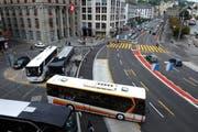 Auch beim Carcarplatz mussen die Werkleitungen saniert werden. Dank einer Pumpstation auf dem Platz vor der Credit Suisse kann die Bauzeit reduziert werden. (Bild: Maria Schmid / Neue LZ)