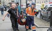 Rettungskräfte eilen einem Opfer der Anschläge zu Hilfe. (Bild: Anton Vaganow/EPA (Sankt Petersburg, 3. April 2017))