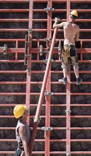 Bauarbeiter sollen 150 Franken mehr verdienen, fordert der Gewerkschaftsbund. (Bild: Benjamin Manser)
