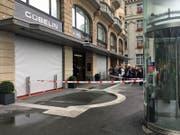 Absperrungen der Polizei vor dem Bijouterie-Geschäften am Schwanenplatz. (Bild: Sara Häusermann (Luzern, 10. September 2017))