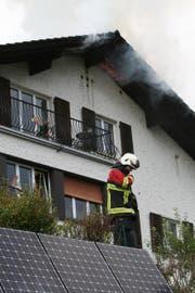 Kurz nach 15.00 Uhr hat ein Blitz in ein Wohnhaus an der Oberen Dattenbergstrasse eingeschlagen. Der Dachstock griet in Brand. (Bild: Walter Näf)