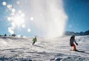 In diesen Tagen locken Wetter und Ferien viele Skifahrer auf die Pisten. (Symbolbild: Jean-Christophe Bott/Keystone)