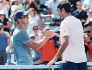 Handschlag nach dem Duell: Peter Polansky (links) war für Roger Federer kein Gradmesser. Der Schweizer setzte sich in nur gerade 53 Minuten durch. (Bild: Paul Chiasson/AP (Montreal, 9. August 2017))