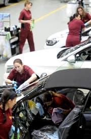 Mitarbeiterinnen des Car Logistics Center von Galliker reinigen Neuwagen.