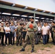 Fidel Castro beim Baseball-Spielen in Mexiko. Bild: Jesus Diaz/AP (Mexiko-Stadt, 26. Juli 1964)