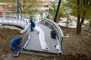 Endspurt bei den Bauarbeiten für den Rodten Park - im Bild der Baumwipfelweg, der befahren werden kann. (Bild: Emanuel Ammon)