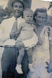 Richard Ford als einjähriger Junge 1945 mit seinen Eltern. (Bild: Archiv Richard Ford)