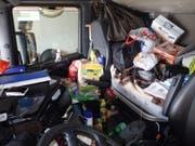 Von der Gefährdung anderer Verkehrsteilnehmer einmal abgesehen: Ob sich der Chauffeur des Sattelschleppers in dieser Fahrerkabine wirklich wohlgefühlt hat? (Bild: Kapo Uri)