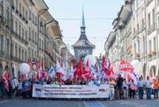 Während auf Arbeitgeberseite die Anhebung des Rentenalters auf 67 Jahre und die Berufstätigkeit darüber hinaus favorisiert werden, protestierten gestern in Bern Tausende gegen den Rentenabbau. (Bild: Keystone/Anthony Anex)