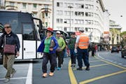 Asiatische Touristen auf dem Carparkplatz beim Löwenplatz. Bild: Corinne Glanzmann (Luzern, 18. Mai 2016)