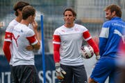 Zeigt sich dieser Tage gut gelaunt und zuversichtlich: Yann Sommer (Zweiter von rechts) geniesst wie hier beim Training in Freienbach die Zeit bei der Nati - fernab seines im Tabellenkeller steckenden Klubs Mönchengladbach. (Bild: Freshfocus/Andy Müller)
