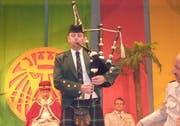 Der Muotathaler Rolf Heinzer spielte an der Reichsversammlung Dudelsack. (Bild Bert Schnüriger/Neue SZ)