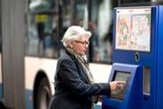 Eine Frau löst ein Ticket am VBL-Billettautomaten in Luzern. (Bild: PD)
