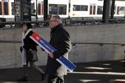 Robert Küng mit dem neuen Schild. (Bild: pd)