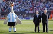 «Tangolero», Maskottchen der Copa Americano 2011, Sepp Blatter und Nicolas Léoz. Letzterer ist im Visier der US-Justiz. (Bild: EPA/Leo La Valle)