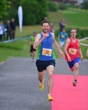 Der Gesamtsieger im Sprint, Linus Fischer, beim Zieleinlauf. (Bild: pd)