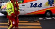 Der Rettungsdienst brachte die Verunfallten ins Spital. (Symbolbild Bote der Urschweiz)