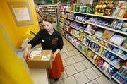 «Post im Dorfladen»: Manuela Müller frankiert im Frühling 2009 im «Willi-Beck» in Hellbühl in der Postagentur ein Paket. (Bild: Philipp Schmidli / Neue LZ)