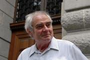 Der pensionierte Kanti-Lehrer Hans Venetz vor dem Eingang des alten Gymnasiums. (Bild Robert Hess/Neue OZ)