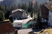 Das Bundeszentrum auf dem Glaubenberg in Obwalden: Asylbewerber vertreiben sich die Zeit im Freien. (Bild: Adrian Venetz (Neue OZ))