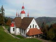 Die Hergiswaldkirche oberhalb von Kriens. Rechts ein Bildnis von Bruder Johann. (Bild: PD)