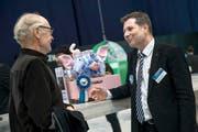Finanzdirektor Marcel Schwerzmann (rechts) im Gespräch mit Luga-Besucher Robert Helfenstein (72) aus Luzern. (Bild Pius Amrein)
