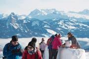 Touristen geniessen das sonnige Wetter auf der Rigi. (Bild: Urs Flüeler/EPA (23. Dezember 2017))