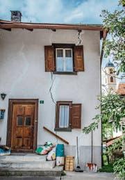 Durch viele Fassaden im Dorf ziehen sich Risse. (Bilder: Jil Lohse)
