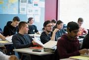 Schüler der Logistiker-Klasse am Berufsbildungszentrum BBZW beim bilingualen Unterricht. (Bild: Corinne Glanzmann (Emmen, 9. März 2018))