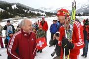 28. März 2010: Sportminister Ueli Maurer im Gespräch mit Olympiasieger Dario Cologna in Sörenberg. (Bild Philipp Schmidli)