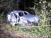 Im Gebiet Buechweid kam das Auto aus noch ungeklärten Gründen von der Strasse ab und prallte seitlich gegen einen Baum. (Bild: PD / Luzerner Polizei)