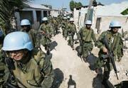 Blauhelme bei einer Razzia in Cité Soleil. Der Slum galt als Rückzugsort krimineller Gangs. (Bild: Ariana Cubillos/Keystone (28. Februar 2007))