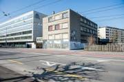 Das Gebäude an der Tribschenstrasse 51 in Luzern (rechts im Bild) soll abgerissen werden. (Bild: Roger Grütter (Luzern, 17. März 2016))