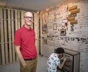 Urban Aregger, Geschäftsführer der Adventure Rooms Luzern, und Mitarbeiter Kilian Niederberger in einem der Rätselräume. (Bild: Roger Grütter (Luzern, 21. August 2017))